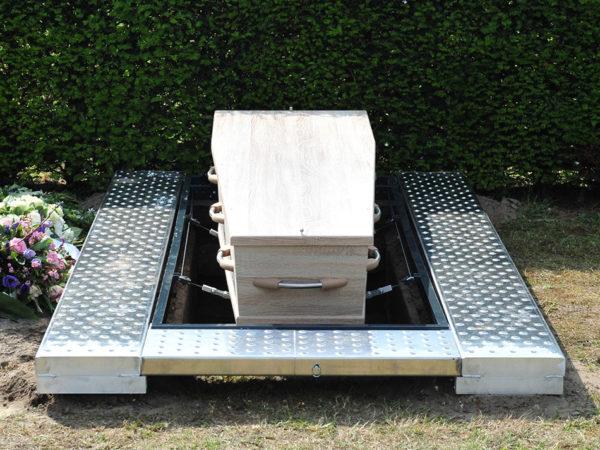 Kist-Lier-op-INNO-begraaftoestel-vast